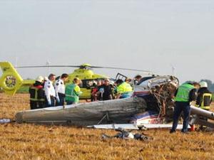 Havada çarpışan uçaklar tarlaya düştü
