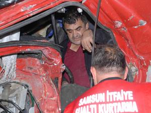 Samsun'da kazada sürücü kamyona sıkıştı