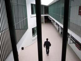 Avukat cezaevinde kurşun yağdırdı