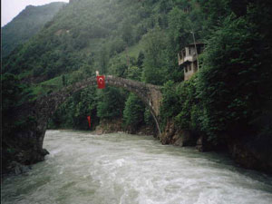 Rize'de  asma köprüye kilit