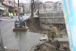 Trabzon'da öğrenciler geçerken kaldırım çöktü