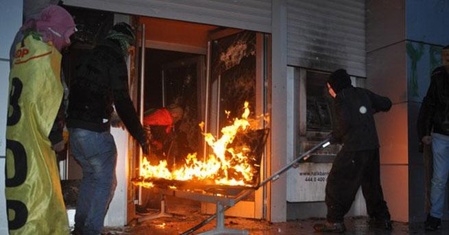PKK'lılar banka şubesini ateşe verdi!
