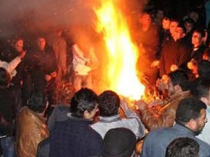 Köylüler trafo basıp araçları yaktı