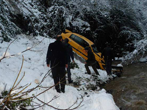 Trabzon'da taksi dereye uçtu