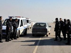 Polisten kaçarken 14 kg esrarı yola saçtılar