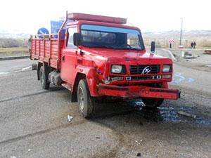 Trabzon plakalı kamyonet kaza yaptı