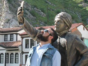 Selfie yapan heykel bu kez de!