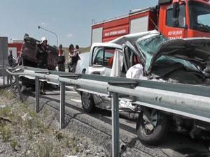 Otomobille pikap çarpıştı: 2 ölü