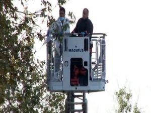 Olay yeri inceleme ekipkeri ağaçların üzerinde ceset aradı