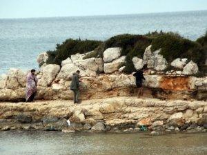 Tartıştıkları 4 mülteciyi denize attılar