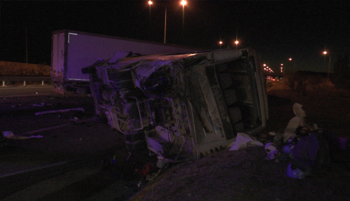 Minibüs, TIR'la çarpıştı: 31 yaralı