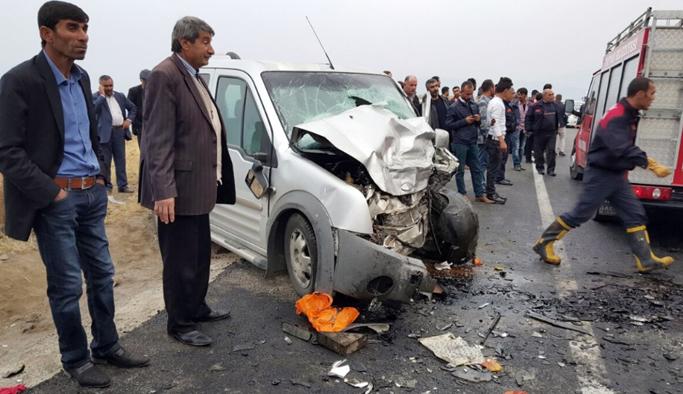 İki araç kafa kafaya çarpıştı: 2 ölü, 5 yaralı