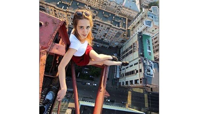 Devasa binaların tepesinden selfie çeken kızdan tehlikeli kareler!