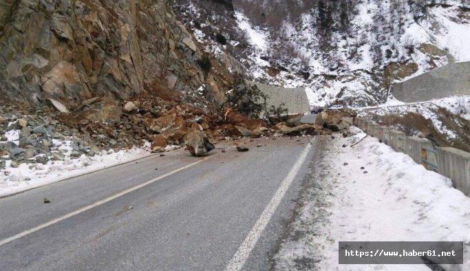 Ardanuç - Şavşat yoluna kaya düştü