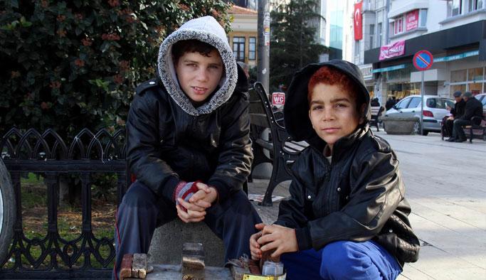 Babalarını savaşta kaybeden Suriyeli kardeşler ayakkabı boyacılığı yapıyor