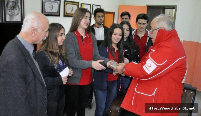Liseliler harçlıklarını Halep'e bağışladı