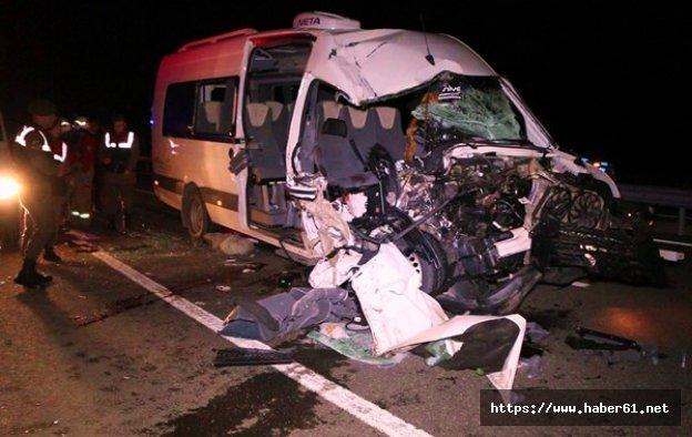 Taraftar minibüsü tırla çarpıştı: 1 ölü, 19 yaralı