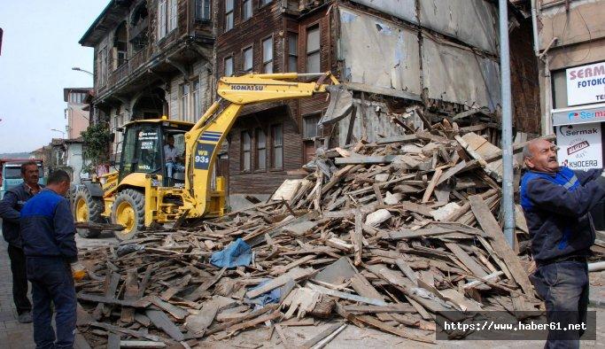 Bartın'da koruma altındaki tarihi ahşap bina yıkıldı