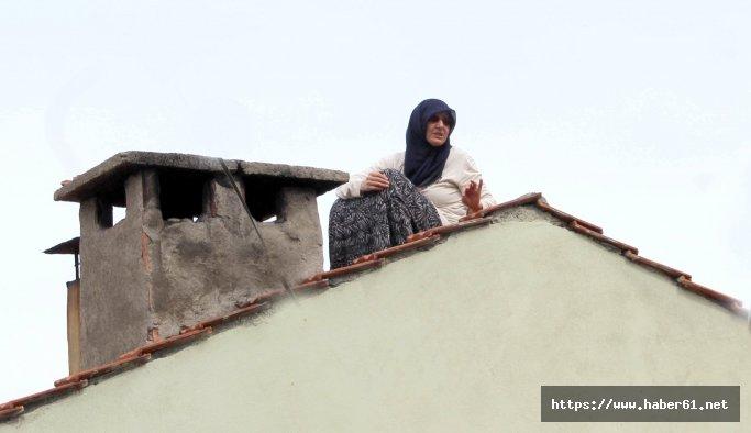 Yaşlı kadın evi yıkılmasın diye çatıya çıktı