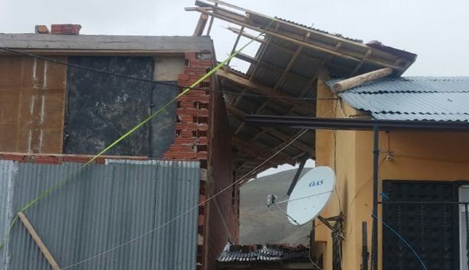 Bayburt'ta 4 evin çatısı uçtu
