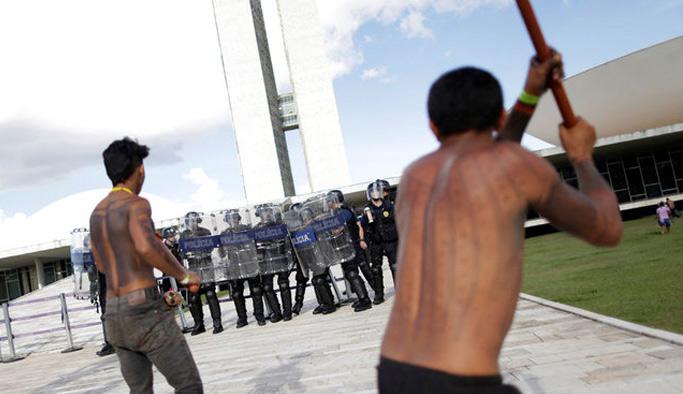 Amazon yerlileri polislere ok attı
