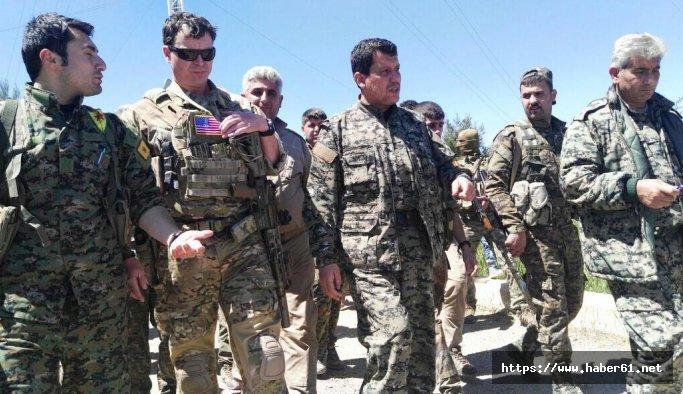 Kırmızı listeyle aranan terörist, ABD'li komutanın yanında
