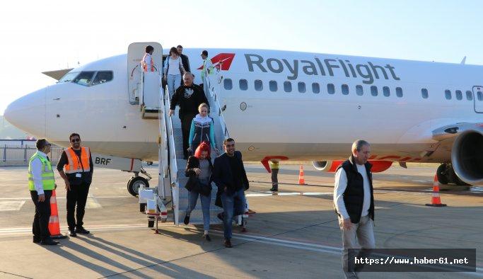 Rusya'dan Antalya'ya ilk charter uçağı geldi