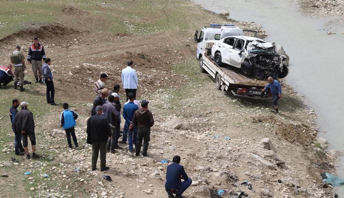 Otomobil dereye uçtu: 2 üniversiteli hayatını kaybetti
