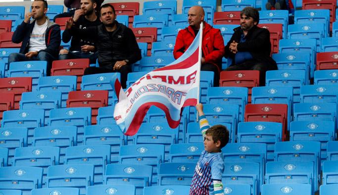 Tek başına Trabzonspor'a destek olan minik taraftar