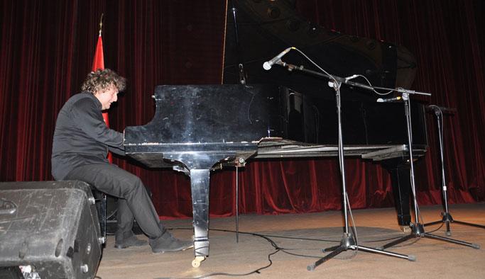 Piyanist Tuluyhan Uğurlu Trabzon'da konser verdi
