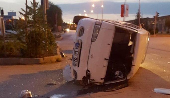 Trabzon plakalı minibüs bariyerlere çarptı