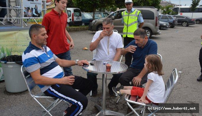 Polisten sürücülere çay ikramı