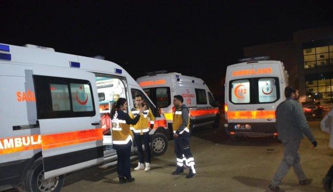 Kaçak göçmenleri taşıyan minibüs devrildi: 26 yaralı