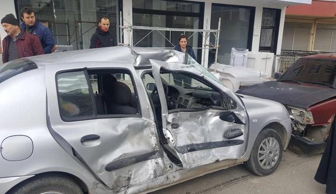 Otomobil ile tır çarpıştı: 3 yaralı