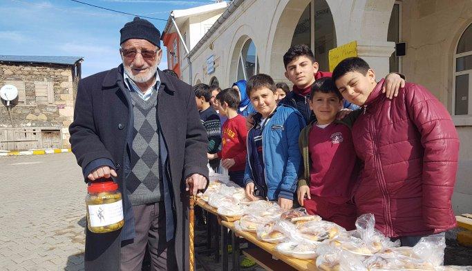 Bayburtlu öğrenciler, Mehmetçik Vakfı'na destek için turşu sattı