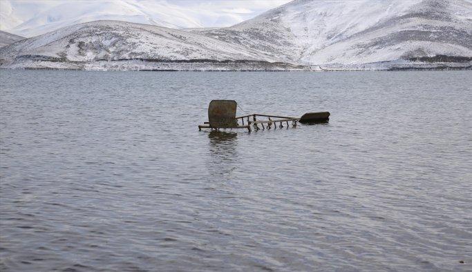Barajın suyu azaldı, mezarlar ortaya çıktı