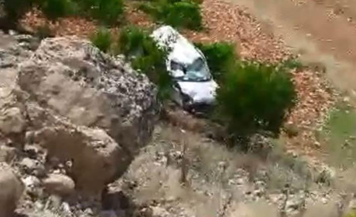 Araç devrildi, 2 kardeş öldü