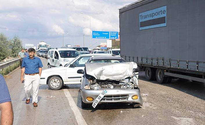 Zincirleme kaza: 11 araç birbirine girdi