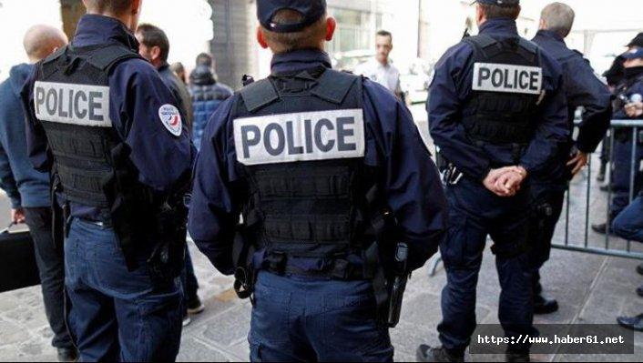 Fransa'da Polis bar sahibine ayaklarını öptürdü