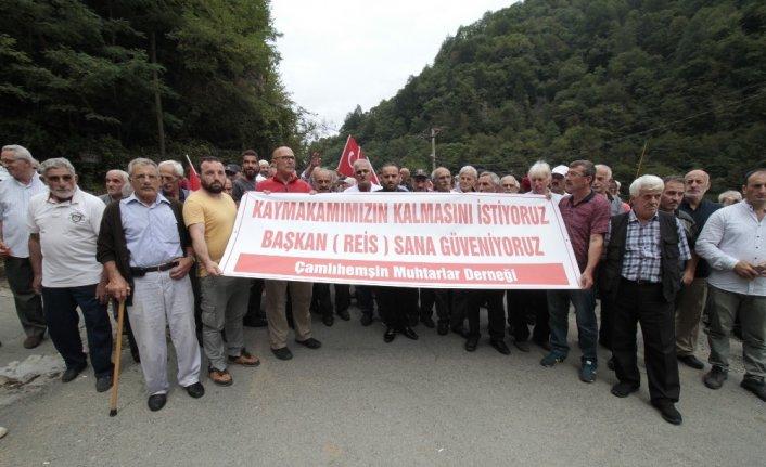 Rize'de  vatandaşlar kaymakamlarının gitmemesi için toplandı