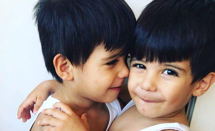 Çakmakla oynarken yangın çıkaran ikizleri ölüm ayırdı