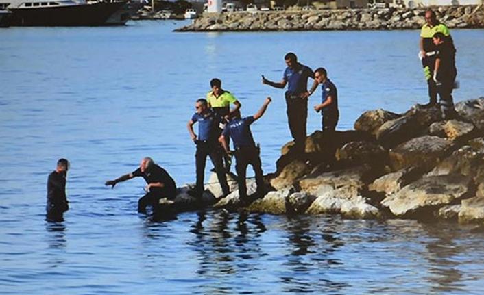 Genci polis denize atlayarak kurtardı