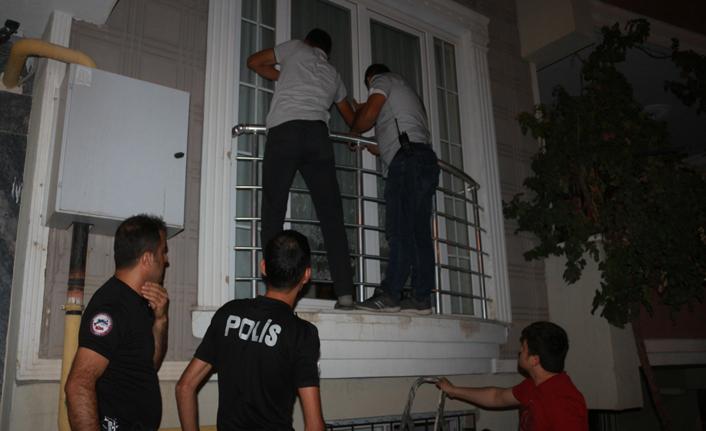 Polis balkona tırmandı