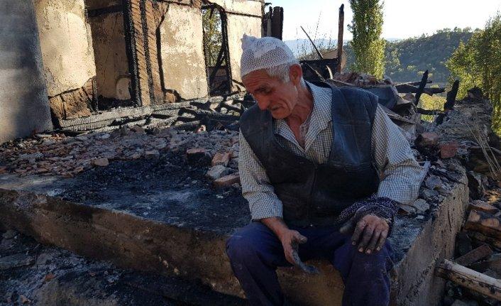 Kastamonu'da 2 katlı ev ve samanlık yangında kül oldu