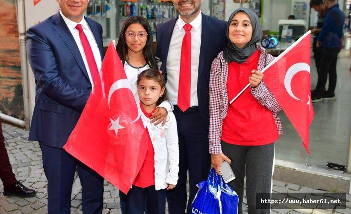 Ünye'de vatandaşlara bayrak dağıtıldı