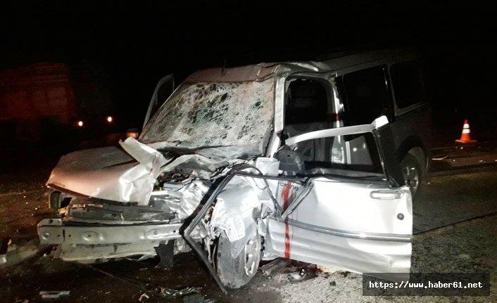 Kamyona çarpan araçta baba öldü eşi ve çocukları yaralandı!