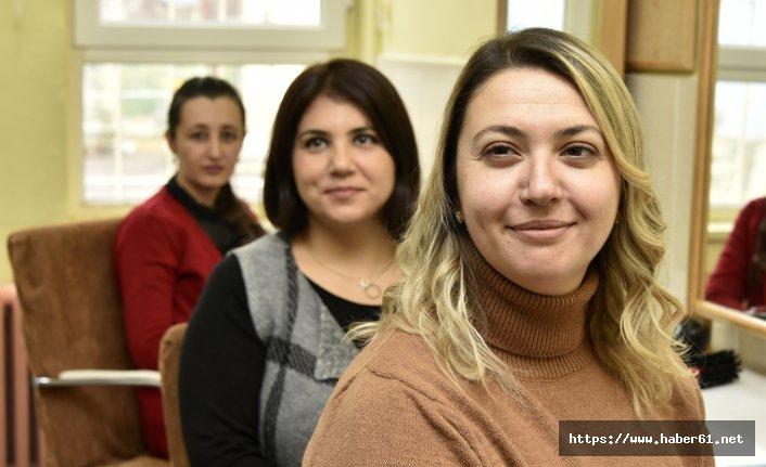 24 Kasım öncesi öğretmenlerine saç bakımı yaptılar
