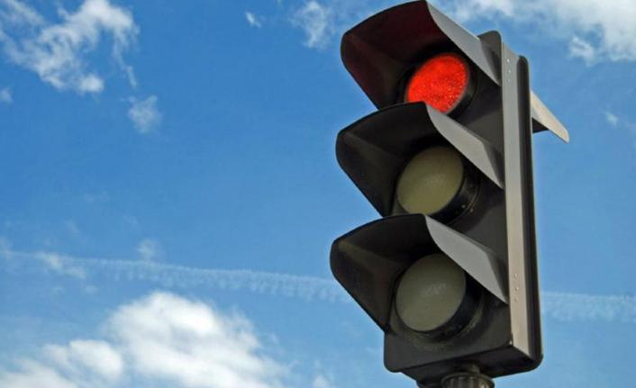 Kırmızı ışık ihlali yapan araç korku dolu anlar yaşattı