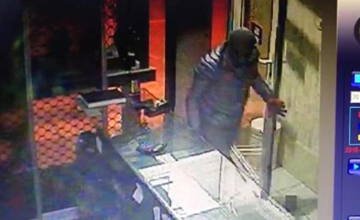 Hırsızlar, fark edildiklerini anlayınca kasayı bırakıp kaçtı