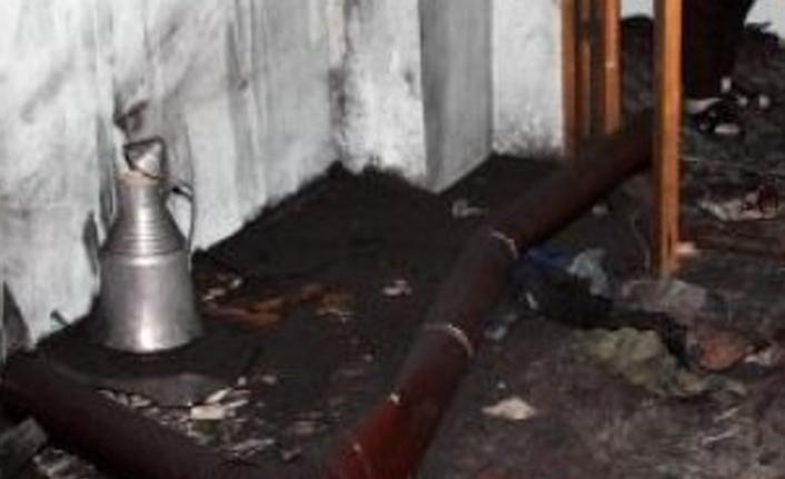Sobadan tutuşan kıyafetini söndürmek için üzerine kaynar su döktü
